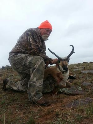 <p>Jimmy Williams shot this antelope this morning.  This was our last antelope hunter in area 44.  We ended up with 100% success on our rifle hunters in area 44.</p>